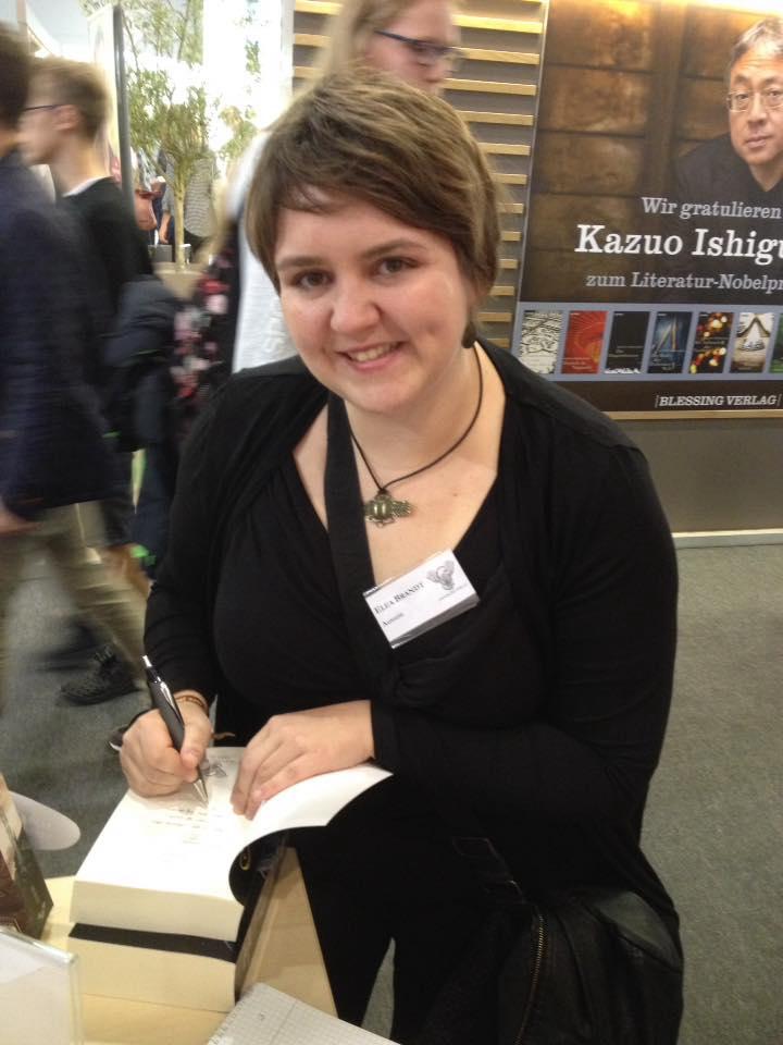"""Elea Brandt signiert """"Opfermond"""" auf der Frankfurter Buchmesse"""