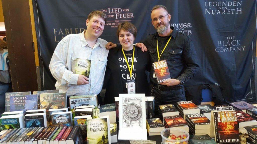 Buchmesse Convent in Dreieich, Foto mit Dominik Schmeller, Elea Brandt und Mario Steinmetz vor dem Mantikore Stand