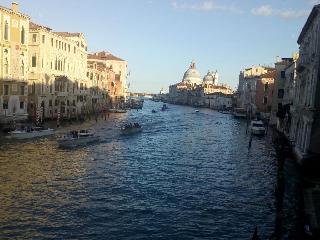 Fotot des Canale Grande in Venedig im Abendlicht
