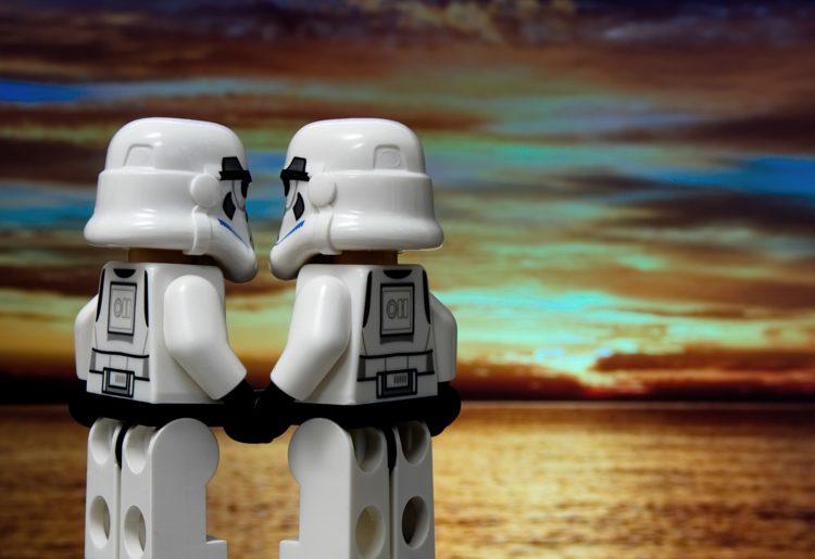 Zwei Stromtrooper-Lego-Figuren halten Händchen vor einem Sonnenuntergang