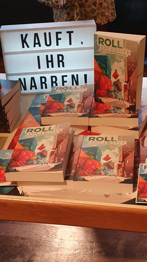 """Büchertisch des Verlags Feder und Schwert auf dem BuCon mit dem Essayband """"Roll inclusive"""""""