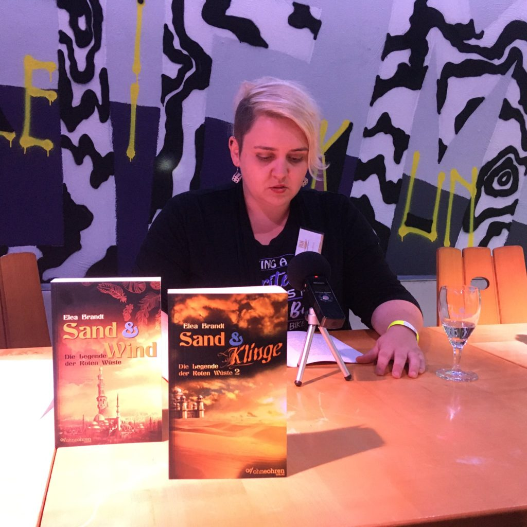 """Elea Brandt liest auf dem BuCon aus """"Sand & Klinge"""""""