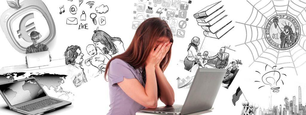 Eine Frau inmitten von Computern, Texten, Netzen und Social-Media-Icons, sie wirkt verzweifelt