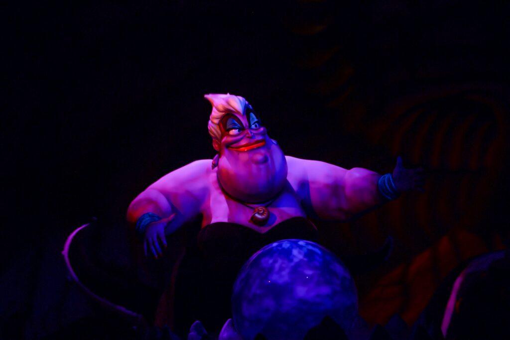 Abbildung der Meereshexe Ursula als Figur im Disneyland Themenpark
